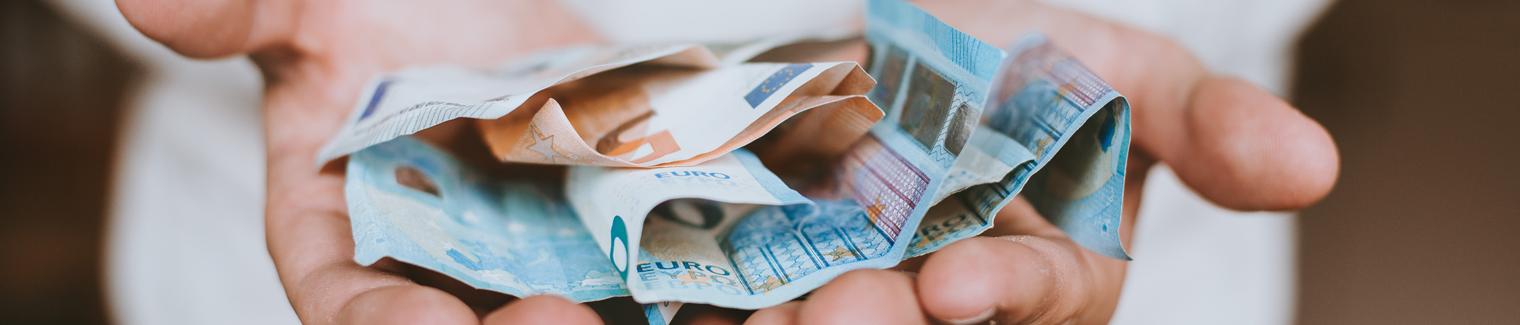 Hände mit Geldscheinen   Preise